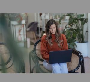 Frau am Laptop bei digitaler Psychotherapie