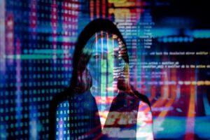 Frau vor digitalem Hintergrund; bunte Farben reflektieren